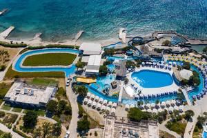 Luftbild des Wasserparks Aqua Paros direkt an der Ägäis auf Paros, Griechenland