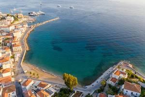 Luftbild einer Bucht zwischen Agios Mamas und Agios Nikolaos, auf der griechischen Insel Spetses im Argolischen Golf