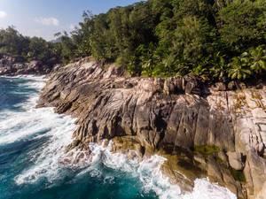 Luftbild einer Felsenformation in der Bucht von Anse des Anglais neben Pointe Paul auf Mahé, Seychellen, im Indischen Ozean