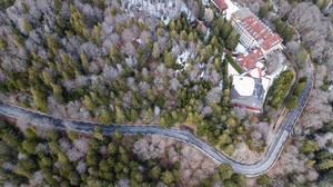 Luftbild einer ländlichen Waldstraße in den Südvogesen