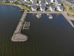 Luftbild einer schmalen Landzunge, die den Hafen von Lahti umschließt und der Ironman-Rennstrecke an der Küste des Vesijärvi-Sees