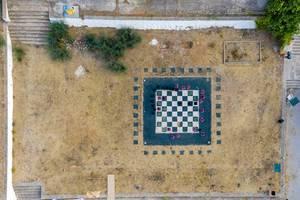 Luftbild eines großen Dame Brettspiels im Sand, am Strand Ligoneri auf Spetses, Griechenland