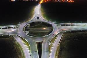 Luftbild eines großen Kreisverkehrs bei Nacht