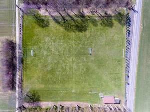 Luftbild eines ländlichen Fußballfelds in Hemmerich