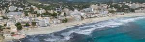 Luftbild Panorama des Strandes in Peguera, Mallorca