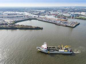 Luftbild: Schiff im Hamburger Südwesthafen
