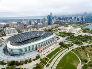 Luftbild: Soldier Field, Museum Campus, The Field Museum, Skyline von Chicago