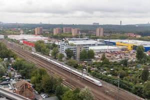 Luftbild über die Zuggleise mit fahrendem ICE, Bauhaus und Ikea Spandau - Berlin