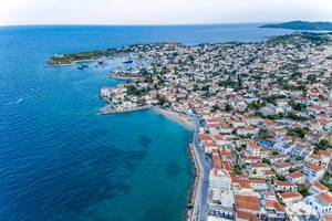 Luftbild und Blick über griechische Villen auf der saronischen Insel Spetses, am blauen Meer des Argolischen Golfs