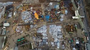 Luftbild: Verschiedene Rohstoffe auf einem Schrottplatz