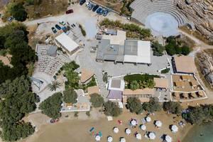 Luftbild vom Paros Park und  Paros Ai Giannis Dettis Umwelt- und Kulturpark, mit Amphieteather und Urlaubern am Sandstrand Monastiri, Griechenland
