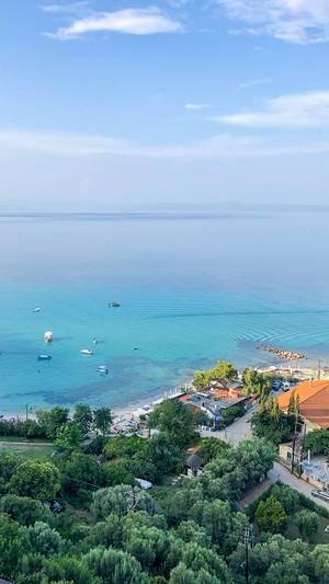 Luftbild von Afitos mit dem Meer im Hintergrund