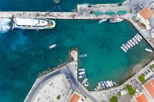 Luftbild von Wassertaxis zum Inselhopping, in einer kleinen Bucht vor Spetses, Griechenland