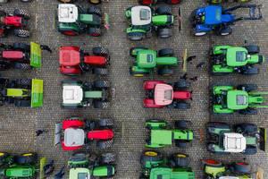Luftbild zeigt Bauern beim Protest mit Traktoren-Konvoi in Dortmund