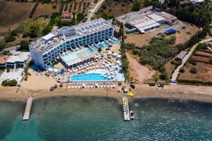 Luftbild zeigt Bootsstege vor dem griechischen Luxushotel Nikki Beach Resort & Spa in Porto Heli, mit Wassersportgeräten und Touristen am Strand