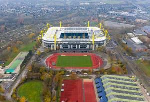 Luftbild zeigt das BVB-Stadion Dortmund Signal Iduna Park in der Innenstadt von Dortmund, mit Sportplatz und Fußballfeld