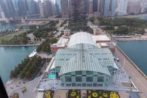 Luftbild zeigt das Crystal Garden Glasgebäude am Navy Pier, mit Blick auf Near North Side in Chicago