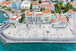"""Luftbild zeigt das Luxushotel mit Meerblick """"Poseidonion Grand Hotel"""" als Wahrzeichen der griechischen Insel Spetses"""