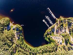 Luftbild zeigt das Waldgebiet am Ufer des Päijänne-See mit dem Hafen und Erholungsgebiet von Padasjoki