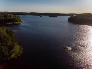 Luftbild zeigt den Päijänne-See bei Abenddämmerung, Finnlands tiefster See, zwischen Asikkala und Jyväskylä