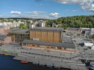 Luftbild zeigt die abgesperrte Ironman-Wettkampfstrecke vor der Sibelius-Halle im Hafen von Lahti, am finnischen See Vesijärvi