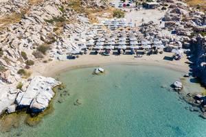 Luftbild zeigt die Granitfelsen in einer kleinen Bucht am Strand Kolimbithres auf Paros, Griechenland