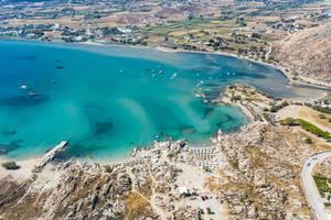 Luftbild zeigt die Insel Paros in der Ägäis, mit dem Felsenstrand Kolimbithres und der Küstenstadt Livadia, Griechenland
