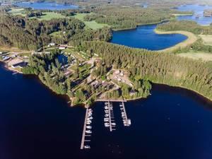 Luftbild zeigt die Seenlandschaft im Süden Finnlands, mit dem Yachthafen vor der Gemeinde Padasjoki und dem Naturschutzgebiet Paijänne, nahe Hämeenlinna und Lahti