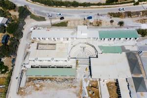 Luftbild zeigt eine Baustelle an der Küste von Naoussa auf Paros, Griechenland