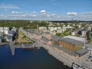"""Luftbild zeigt einen Streckenabschnitt für die finnische Triathlonveranstaltung """"Ironman 70.3"""" im Hafenviertel von Lahti"""