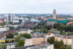 Luftbild zeigt Gesundheitsamt und Rathaus im Berliner Bezirk Spandau, neben dem dem S-Bahnhof und Berliner Mehrfamilienhäuser
