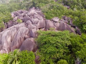Luftbild zeigt: Granitsteine formen ein Felsenmeer am Anse Union auf der Tropeninsel La Digue, Seychellen