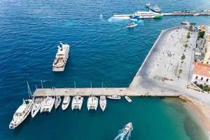 Luftbild zeigt Katamarane, Jachten und Sportboote am Anlegesteg von Dapia auf Spetses, Griechenland