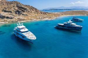Luftbild zeigt luxuriöse Yachten auf dem blauen Meer in der Ägäis, am Kap Korakas auf Paros, Griechenland