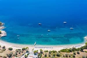 Luftbild zeigt Sportboote vor dem Strandabschnitt Agioi Anárgyroi auf der griechischen Insel Spetses, am Argolischen Golf