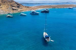 Luftbild zeigt teure Boote auf dem Mittelmeer, in einer Bucht zwischen Tourkou Ammos Strand und Monastiristrand vor der Insel Paros, Griechenland