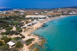 Luftbild zeigt Touristen im Urlaub am Santa Maria Strand mit Strandbar und schwimmend im Mittelmeer vor der griechischen Insel Paros