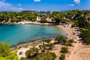 Luftbild zeigt Urlauber am Hinitsa Sandstrand mit gleichnamigem Restaurant, an der Küste von Ermionida, Griechenland