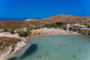 Luftbild zeigt Urlauber beim schwimmen im Mittelmeer am Monastiri Strand im Golf von Naoussa, Griechenland