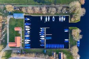 Luftbildaufnahme einer Bootsanlegestelle in Goingarijp, Niederlande