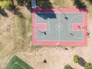 Luftbildaufnahme eines Basketballfeldes in der Nähe von Olsen-Hansen Row Houses
