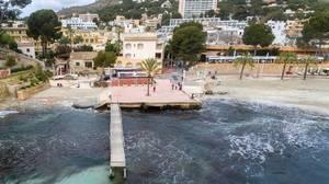 Luftbildaufnahme eines kleinen Bootsstegs in Peguera, Mallorca