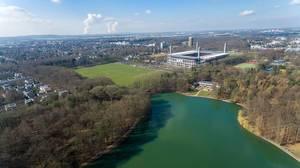 Luftbildaufnahme vom See Adenauer Weiher,  RheinEnergieStadion und Sportplätze im Hintergrund