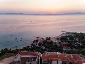 Luftbildaufnahme vom Strand von Afitos bei Sonnenuntergang
