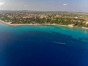 Luftbildaufnahme von Afitos mit einer weit entfernten Drohne