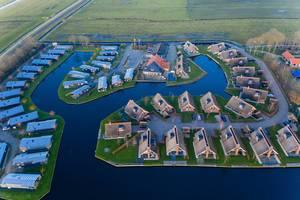 Luftbildaufnahme von verschiedenen Ferienhäusern im Waterpark Terkaple, Niederlande