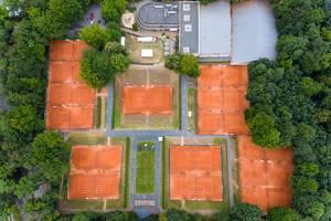 Luftbildfotografie zeigt Tennisplätze des KTHC Stadion Rot-Weiss im Kölner Stadtwald, nahe des Rheinenergiestadions und Park Linné
