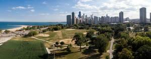 Luftbildpanorama: Lincoln Park South Fields und Golden Coast Hochhäuser im Hintergrund