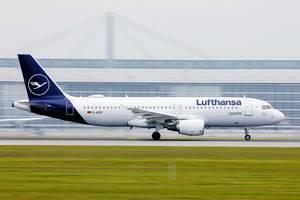 Lufthansa Airbus A320 Flugzeug startet vom Flughafen München, D-AIZD