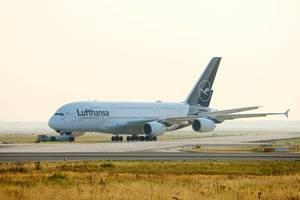 Lufthansa Airbus A380 am Frankfurter Flughafen auf der Start- und Landebahn
